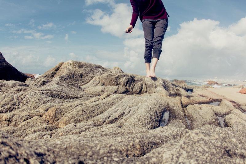 barefoot outside earthing